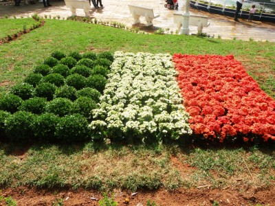 Bandeira de flores na praça central de Monte Sião homenageia a seleção da Costa do Marfim.