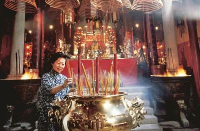 Os fieis devotos de Buda queimam incenso nos mais de 600 templos em monastérios espalhados pelo arquipélago em busca de sorte e bons fluidos. Foto: divulgação