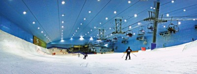 O Ski Dubai é o primeiro e maior resort de esqui no Oriente Médio com cinco pistas cobertas de neve verdadeira