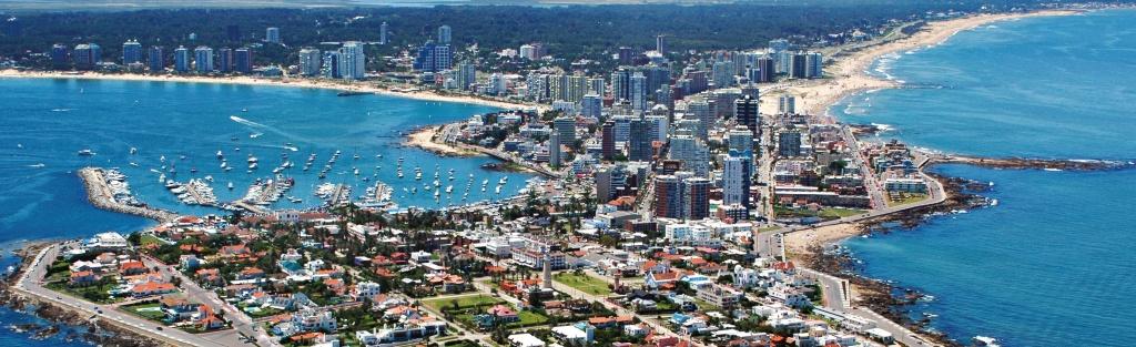 Punta del Este tem praias badaladas, muitas mansões, condomínios de luxo e  lojas de grife. Na bela região onde está a marina estão alguns dos melhores restaurantes da cidade. FOTO: WWW.PASSEIOSNOURUGUAI.COM