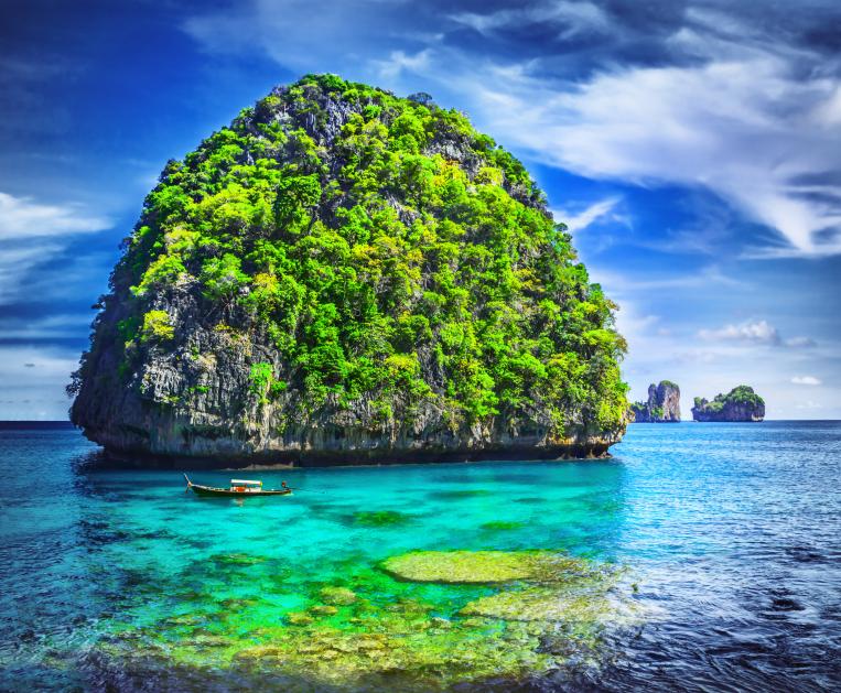 Phuket Province, Maya Bay - Tailândia Foto por adisa istock
