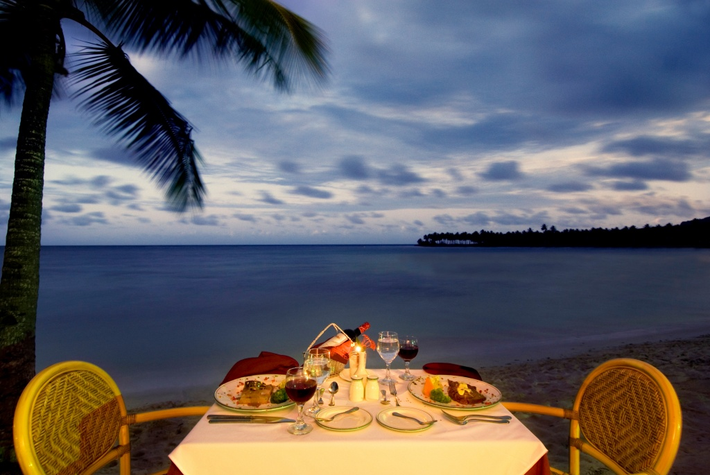 Romantic+dinner+setting-924752761-O