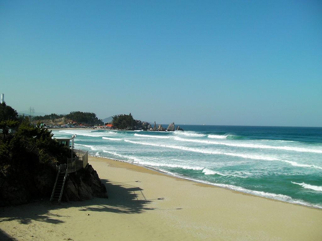 1024px-Korea-Samcheok-Beach-01 commons