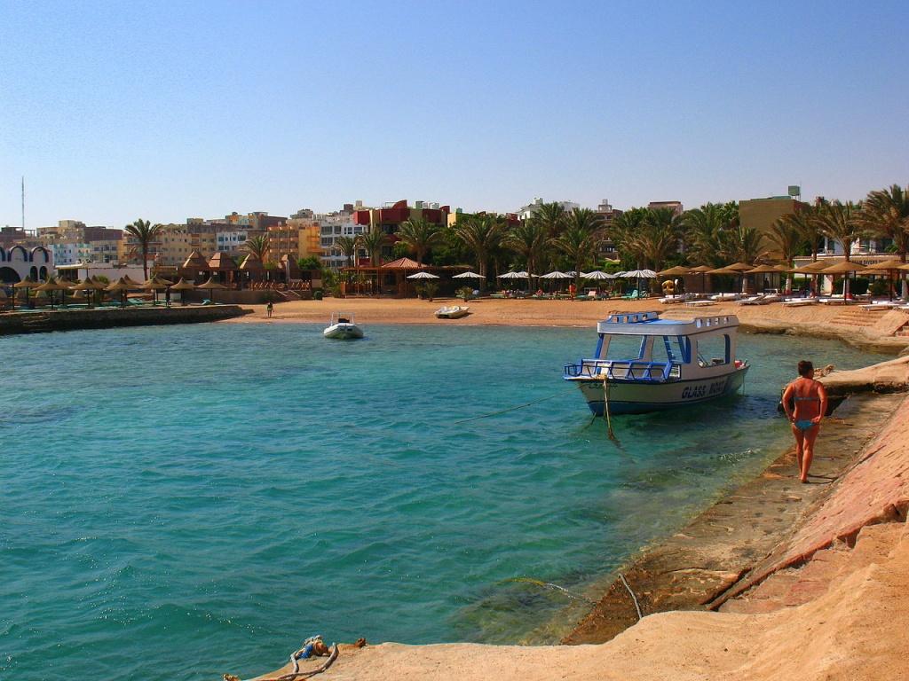 1280px-Hurghada_beach commons