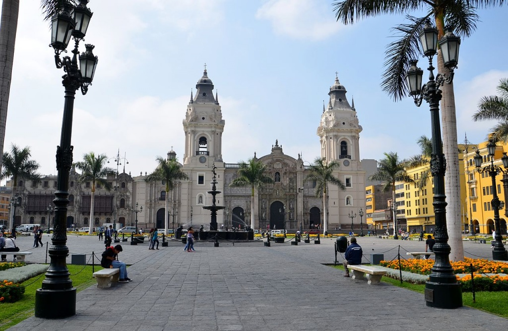 1280px-Lima,_Peru_-_Plaza_de_Armas_06 commons
