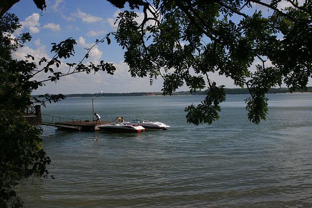 640px-Lagoa_Juparanã_-_Cabana_do_Minotauro_02_-_panoramio