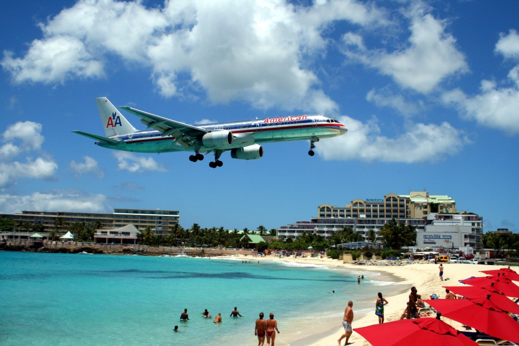 American_757_on_final_approach_at_St_Maarten_Airport commons