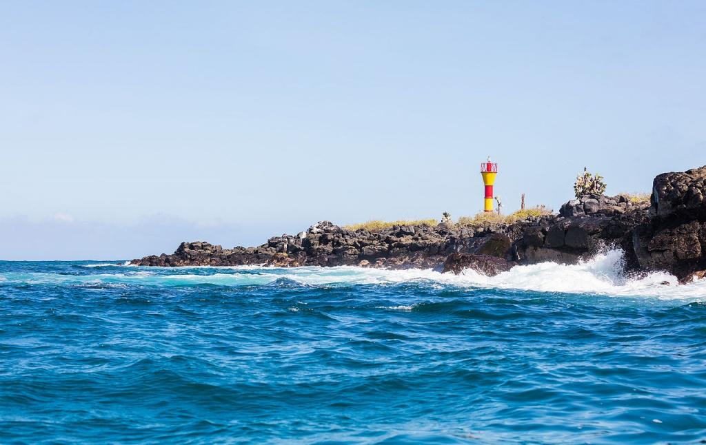 Faro_en_isla_Santa_Cruz,_islas_Galápagos,_Ecuador,_2015-07-26,_DD_38