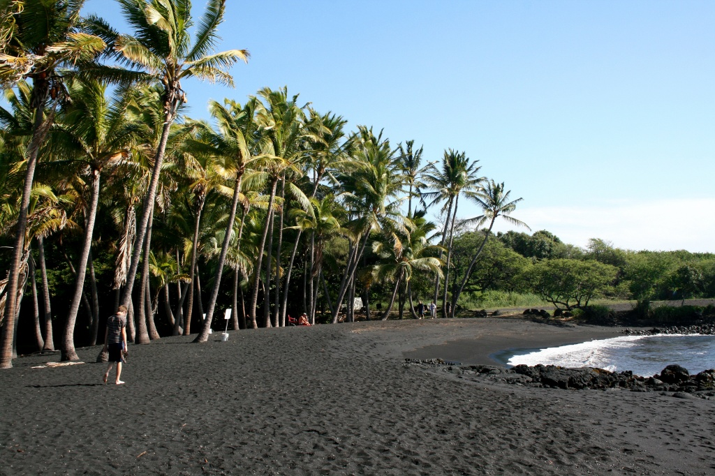 Punaluu_Black_Sand_Beach,_Hawaii,_USA7 commons