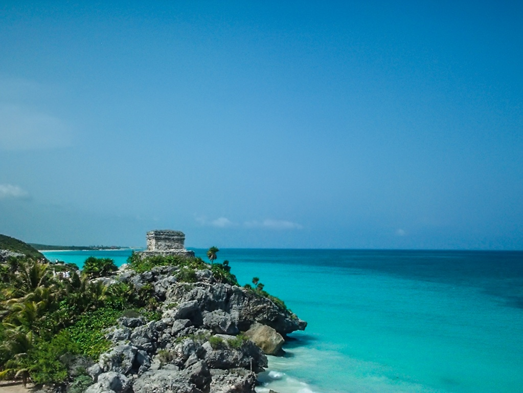 Tulum_y_el_mar_Caribe. commons