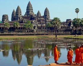1200px-Buddhist_monks_in_front_of_the_Angkor_Wat