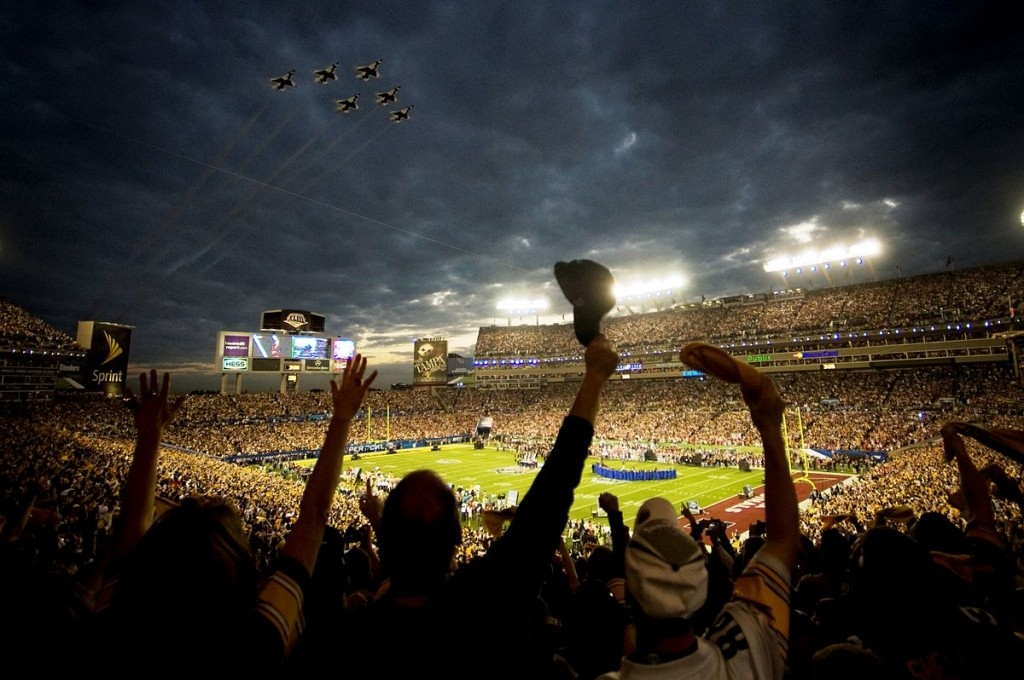 1200px-Super_Bowl_XLIII_-_Thunderbirds_Flyover_-_Feb_1_2009