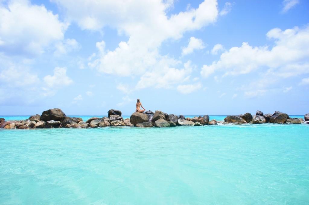 Garota pratica yoga nas rochas da praia_Credito_ATA (1)