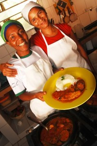 Dolores apresenta um dos pratos mais famosos do restaurante
