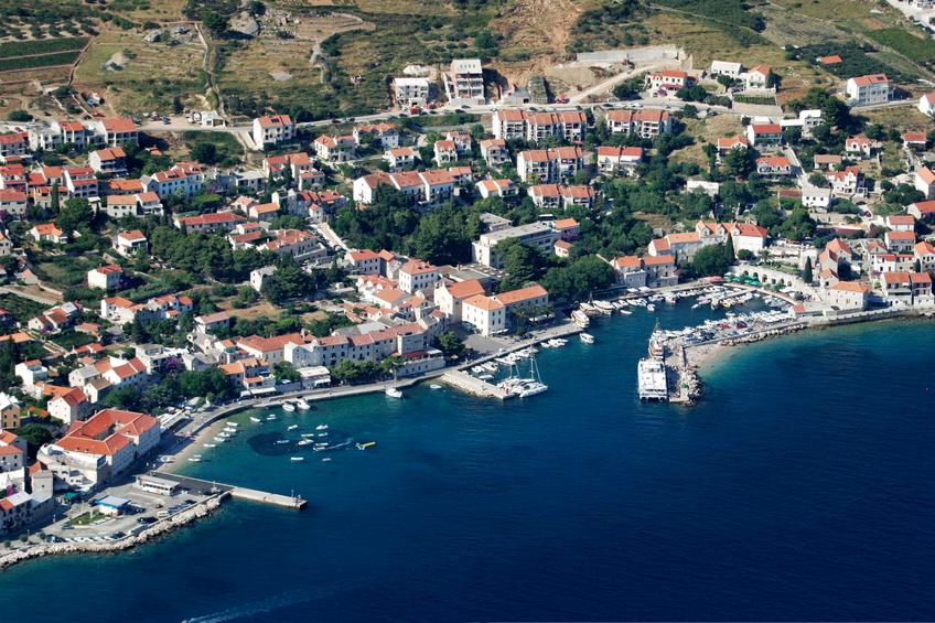 A cidade de Bol é uma das maiores e mais conhecidas. Resorts e iates desfilam por toda a extensão do litoral.