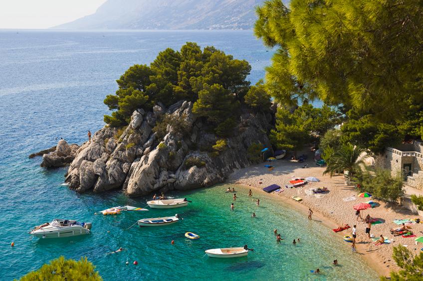 Brela, simpática cidade de águas claras, localizada entre o mar Adriático e a montanha Biokovo, já entrou na lista da revista Forbes como uma das dez mais belas praias do mundo.