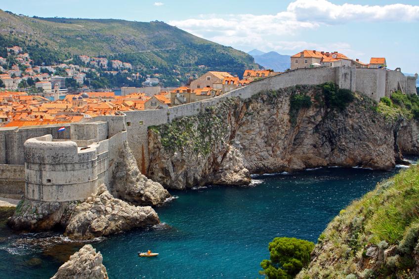 Rodeando a região mais preservada historicamente estende-se uma muralha por cerca de 2 quilômetros. É caminhando por ela que você consegue ter uma noção real da beleza desta cidade às margens do verde mar Adriático.