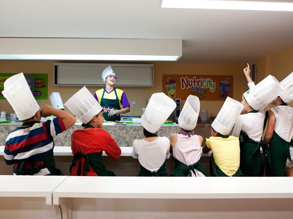 Crianças aprendem a fazer vários tipos de receitas culinárias.