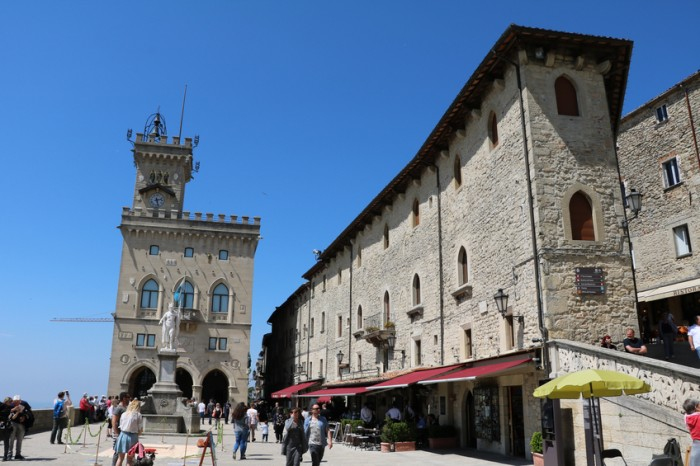 San Marino, Italien - May 7, 2016: City Hall on Piazza della Libertà and Statue of Liberty in San Marino