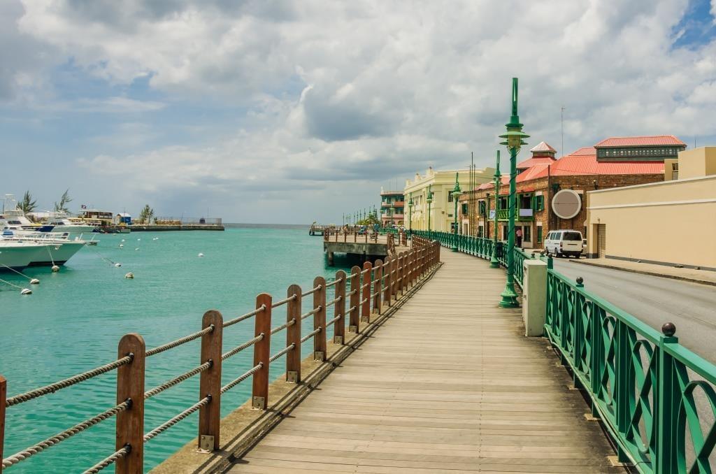 boardwalk-along-a-harbour-in-barbados-144644891 Divulgação