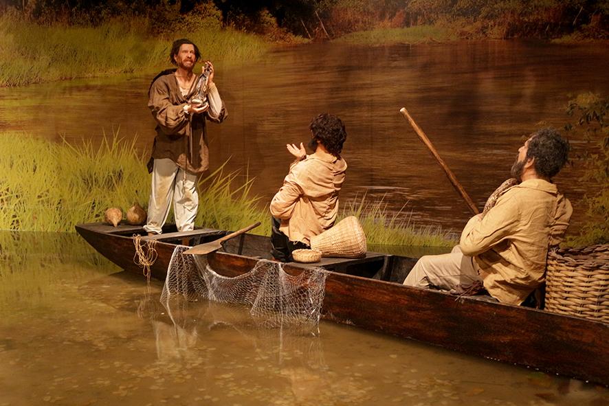 Cenário mostra o rio onde o pescador  (imagem de cera) encontrou a imagem de Nossa Senhora Aparecida.
