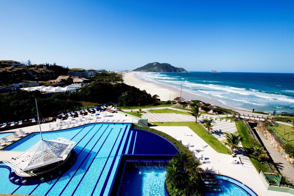 aproveitar-as-piscinas-e-praia-media Divulgação