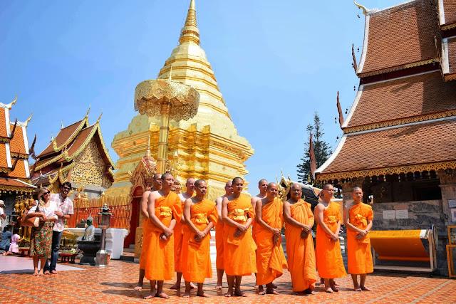 Monges no templo Doi Suthep em Chiang Mai, na Tailândia