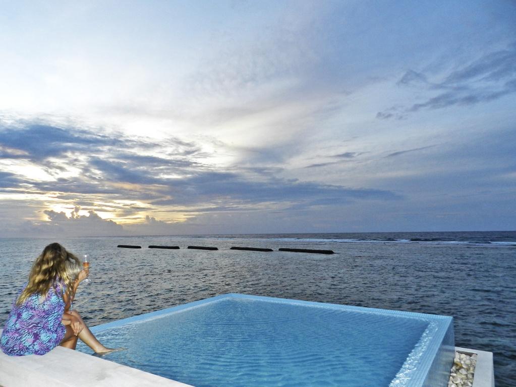 Pôr do sol na piscina do bangalô, nas Maldivas | Créditos: Lala Rebelo