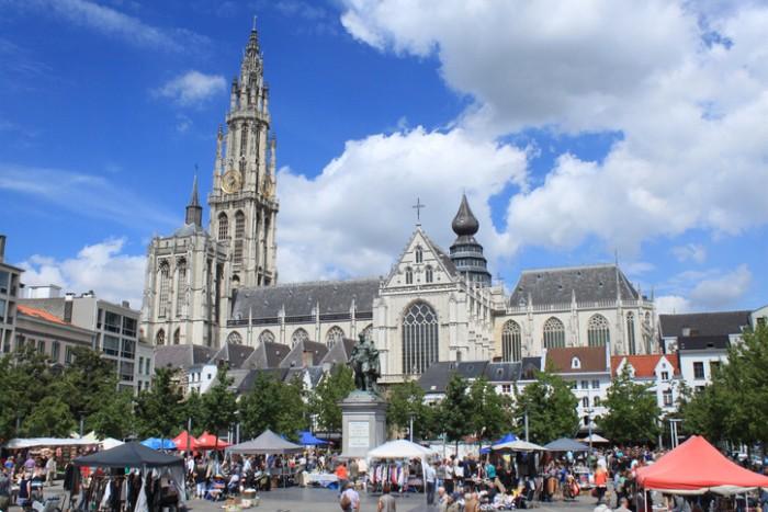 Blick über den Groenplaats auf die Antwerpener Liebfrauenkathedrale