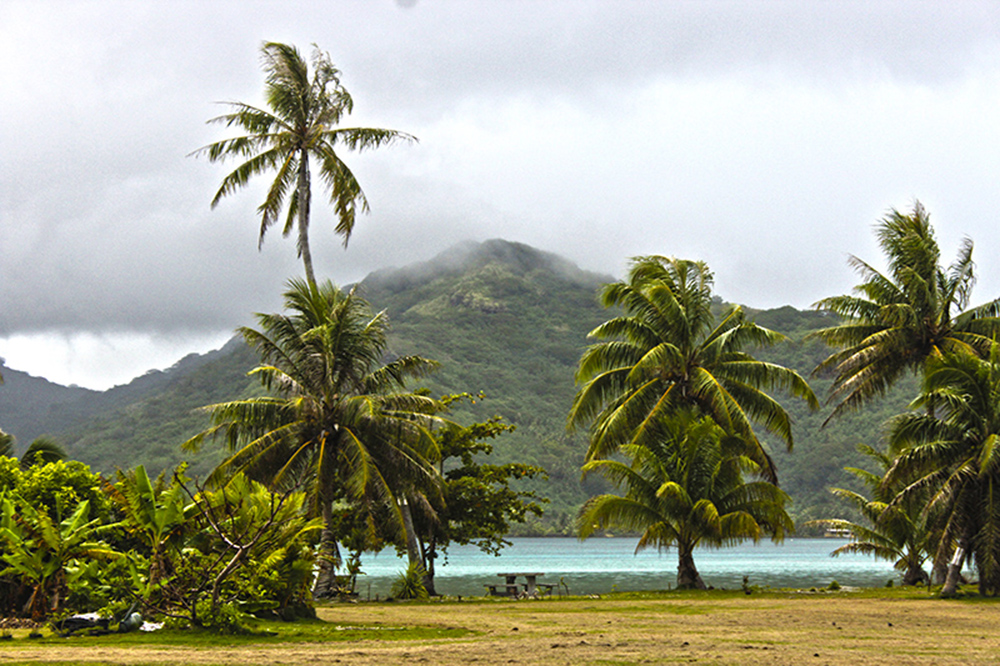 Polinésia Francesa: mar azul, coqueiros e montanhas cobertas por florestas de Huahine