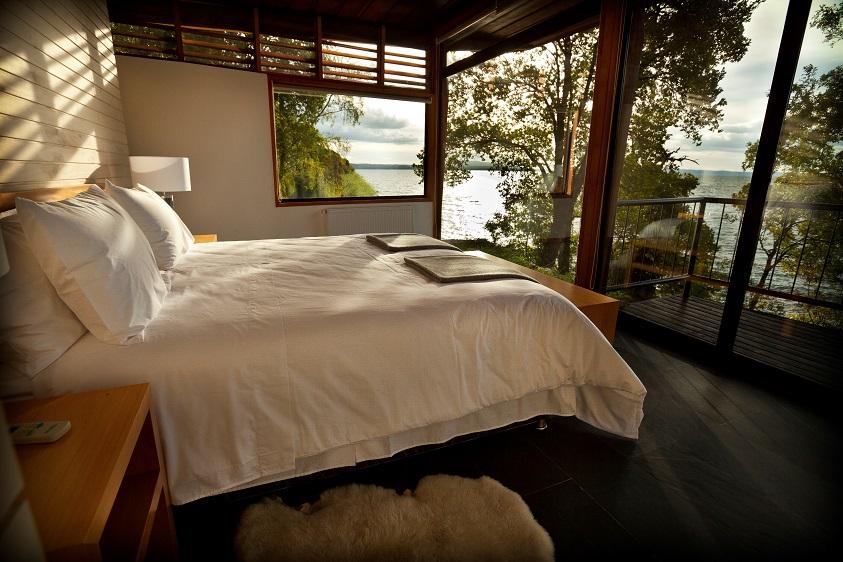 4_habitacion-principal-con-su-vista-al-lago-villarrica-2_casa-lago_-lake-house_hotel-antumalal-pucon-chile