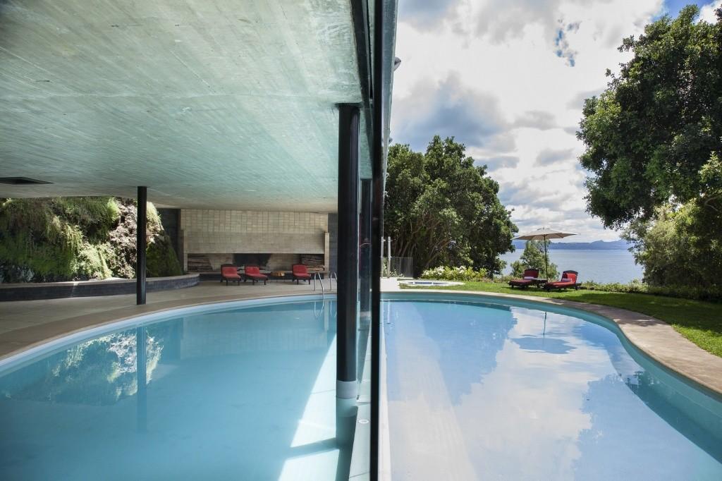division-entre-piscina-interior-piscina-exterior-spa-antumaco-h-antumalal-pucon-2-m