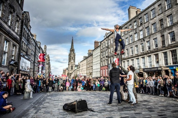 street-performers-during-the-edinburgh-international-festival-credit-andrewpickettphoto-com