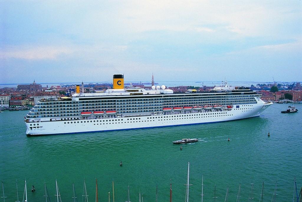 313876_708535_navio_da_costa_no_porto_de_veneza Divulgação