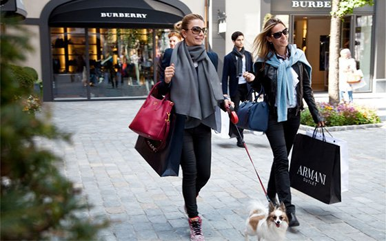 41661_fullimage_some-girls-with-a-small-dog-walking-after-some-shopping-in-roermond_560x350
