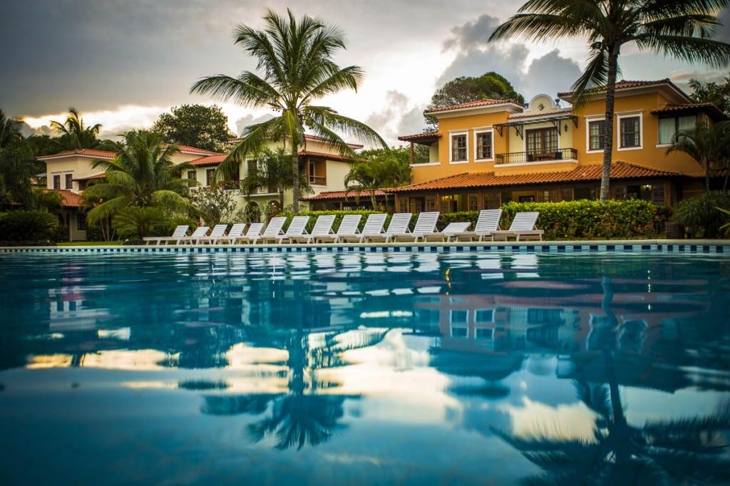 costa-brasilis-resort-spa-piscina-com-predios-1-1 Divulgação