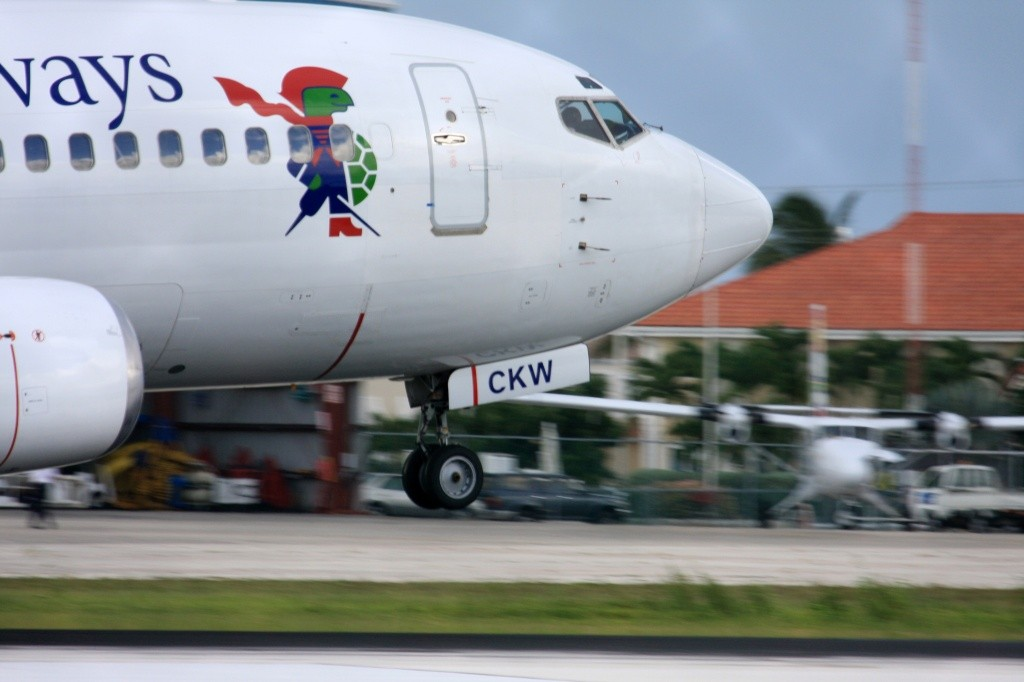 cayman-airways-737-300-credito-owen-roberts-intl