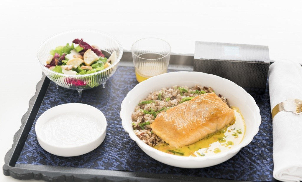 file-de-salmao-chapeado-ao-molho-de-moqueca-mix-de-arroz-cebolinha-farofa-de-castanha-e-coco-queimado-salada