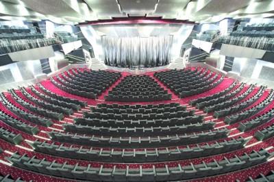 Todas as noites, os passageiros podem desfrutar de espetáculos no sofisticado teatro. Foto: Divulgação