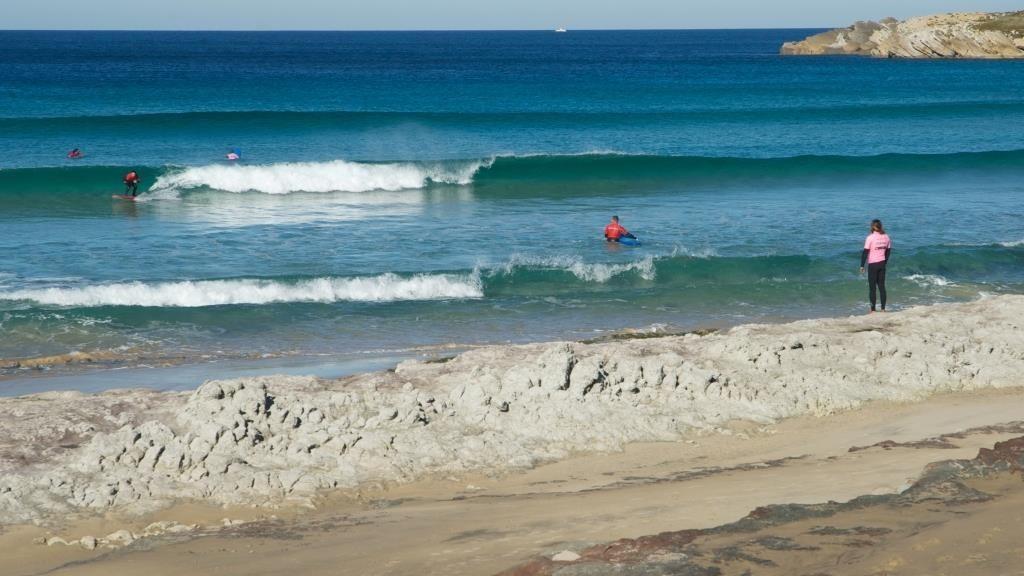 instrutor-acompanha-alunos-iniciantes-na-baleal-surf-camp-em-peniche_-creditos_-centro-de-portugal