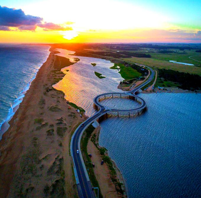 Ponte com formato circular é maravilha arquitetônica e natural em Laguna Garzón