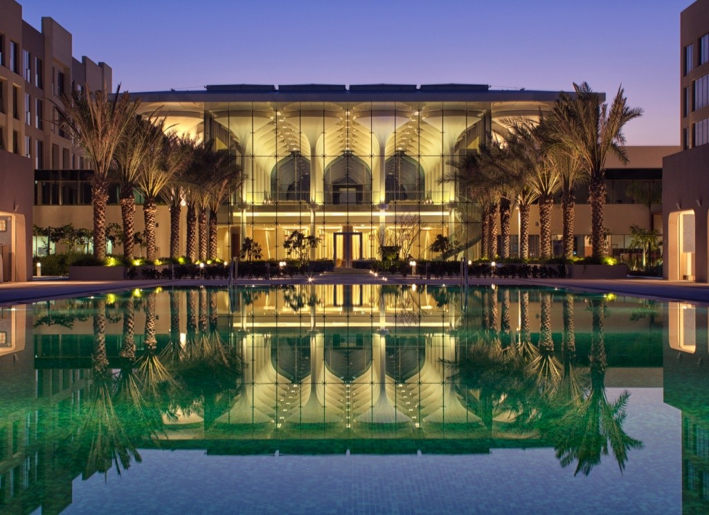 kempinski-hotel-muscat_infinity-pool-and-lobby_evening