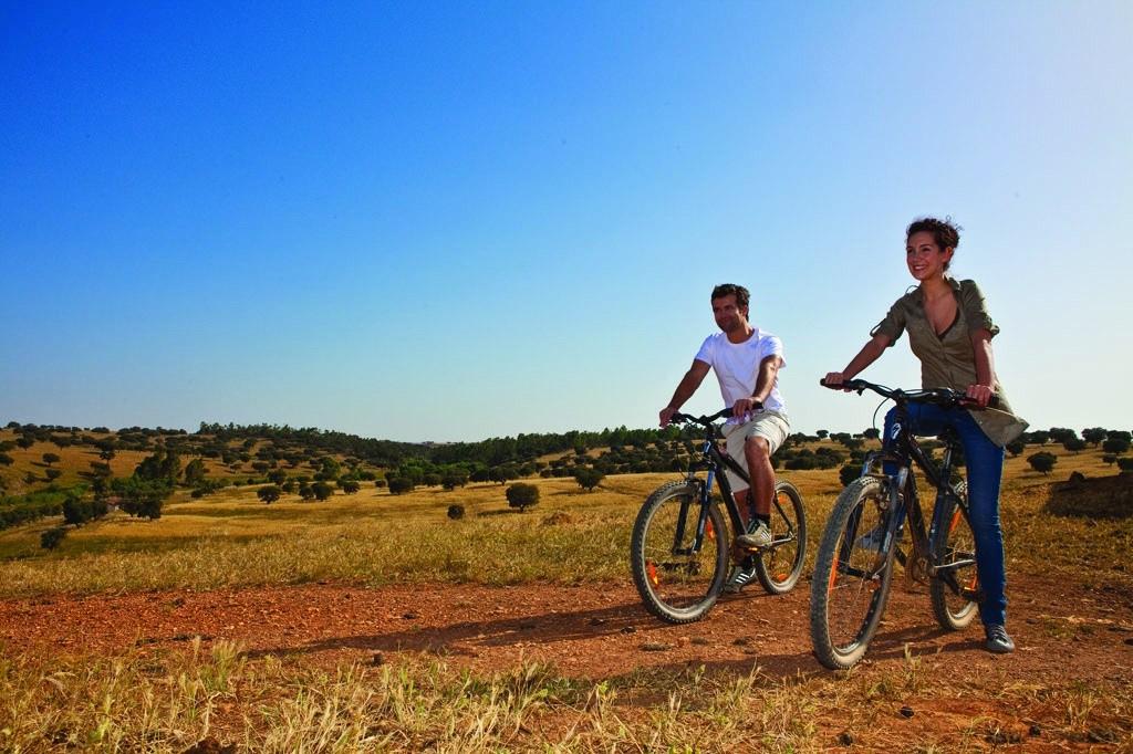 andando-de-bicicleta-no-alentejo-credito-turismo-do-alentejo