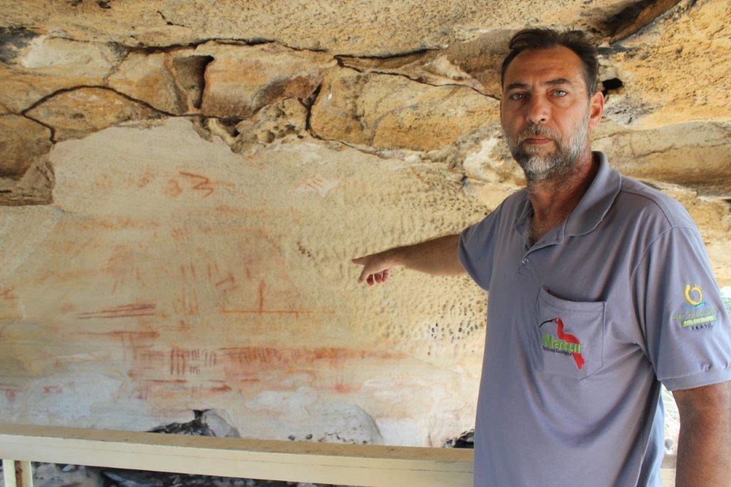 O guia condutor José Roberto, da Natur Turismo, explica sobre as inscrições rupestres na Sétima Cidade