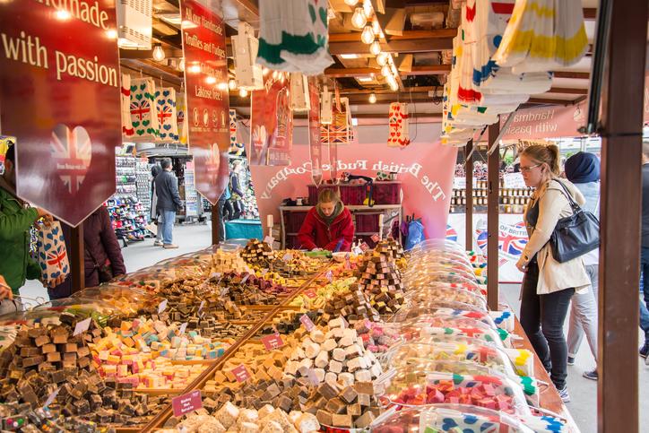 Matfest på Sergels torg vid fontänen, restauranger från stor del av världen med godis för den sugna.