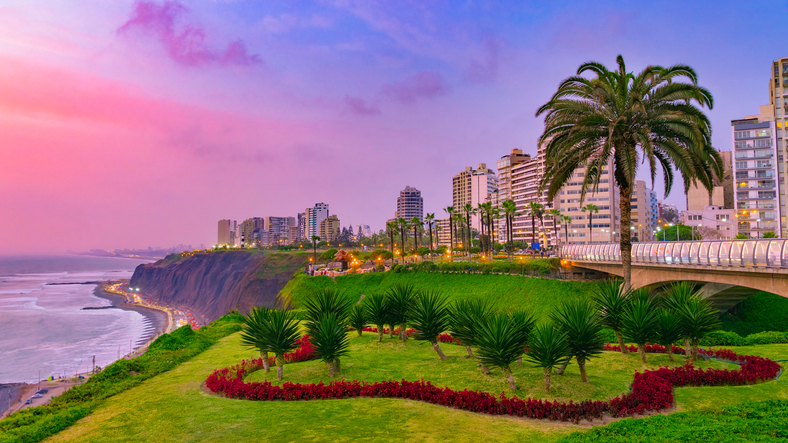 The atmosphere at Lima Miraflores is amazing, cool breezy and the people were amaizng. The sky turns from a beautiful magenta to blue .. it was wonderful.