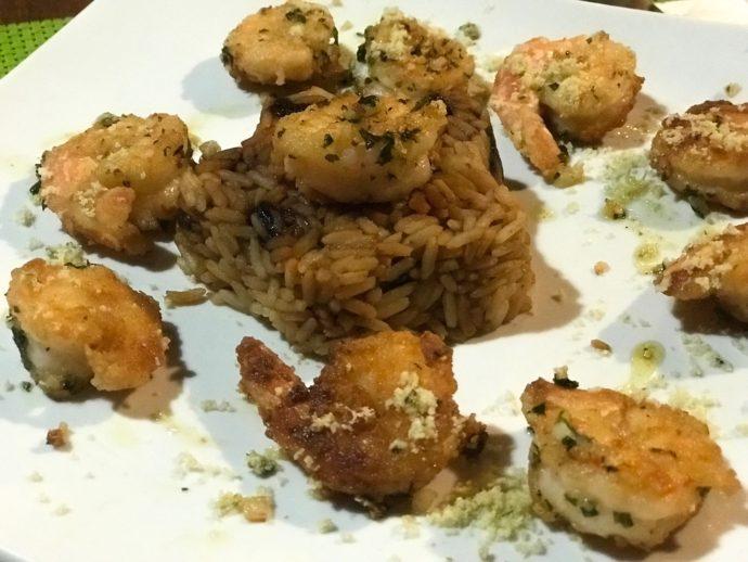 Camarão crocante na manteiga de garrafa com arroz de passas de caju: diretamente da cozinha da Bora