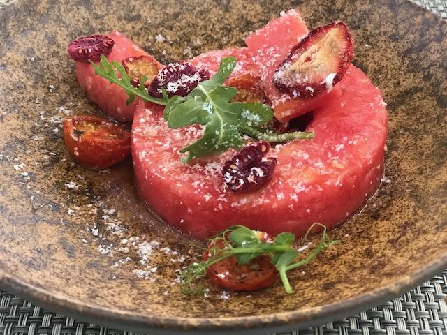 Salada de melancia com mascarpone e frutas vermelhas do Surfside Hotel