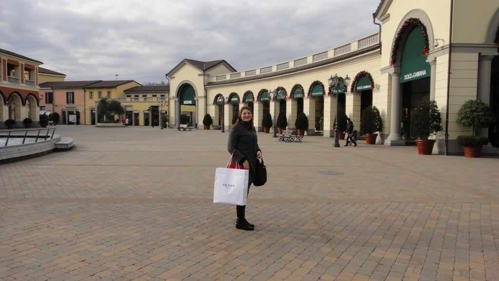 Turista segurando sacola em outlet