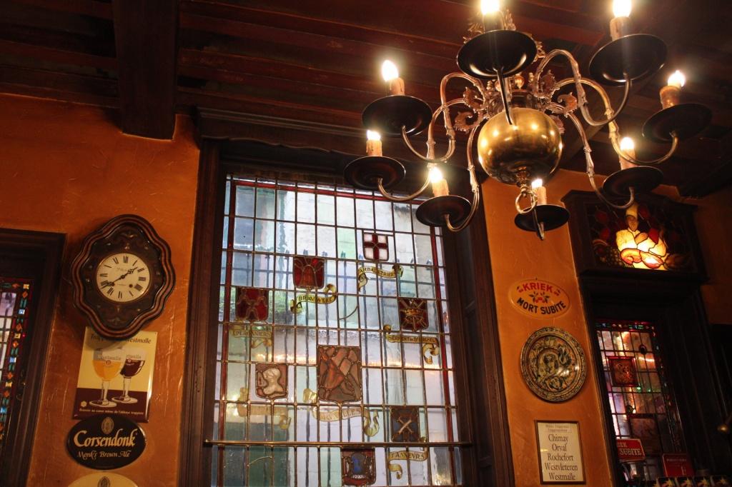 A decoração inalterada do bar Aux Vieux Temps